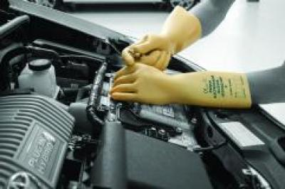 RE4410_Electricians_Gloves_Action_Automotive_Landscape_1.jpg