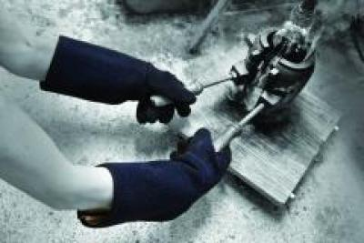 902_Hot_Glove_Plus_Action_Industrial_Landscape_1.jpg
