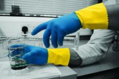 GI-500_GI-500_BIColour_Industrial_Rubber_Gloves_Action_Landscape_1.jpg