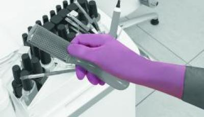 GN560_GN560_Pink_Nitrile_Glove_Action_Beauty_Landscape_1.jpg